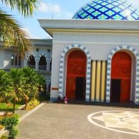 pintu tembaga masjid agung praya